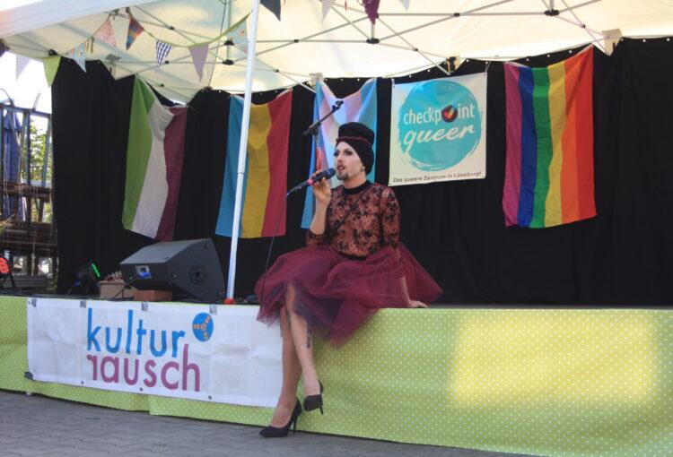 Isabelle beim Sommerfest im Checkpoint als Moderator*in