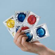 Kondome in einer Hand