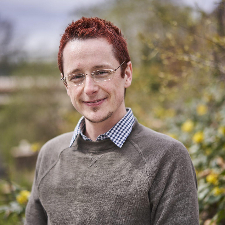 Daniel Masch ist Transvater und arbeitet in der Beratungsstelle Checkpoint Queer und am Ilmenau Institut.